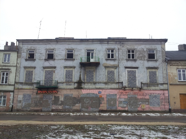 Kamienica na ulicy Starowarszawska, sklep rybny. Zniszczone kamienice. Stare budynki.